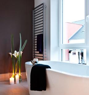 Bad mit exklusiver Badewanne in der Business Suite des 48Stenger